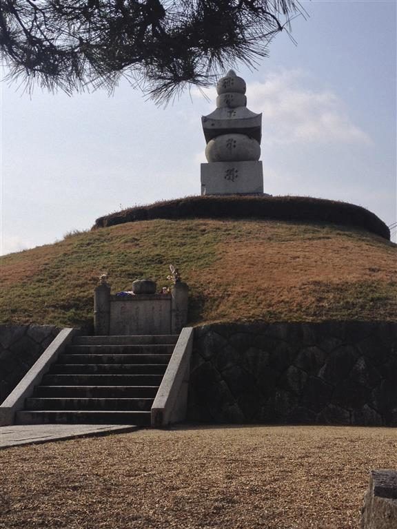 Mimizuka:  a monument to Hideyoshi's infamy... (Photo by Ted Taylor)