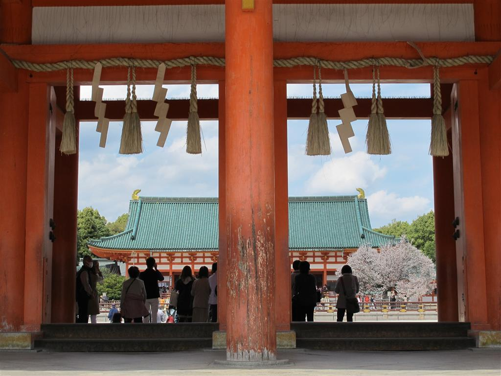 Entrance to Heian Jingu - Picture by Michael Lambe