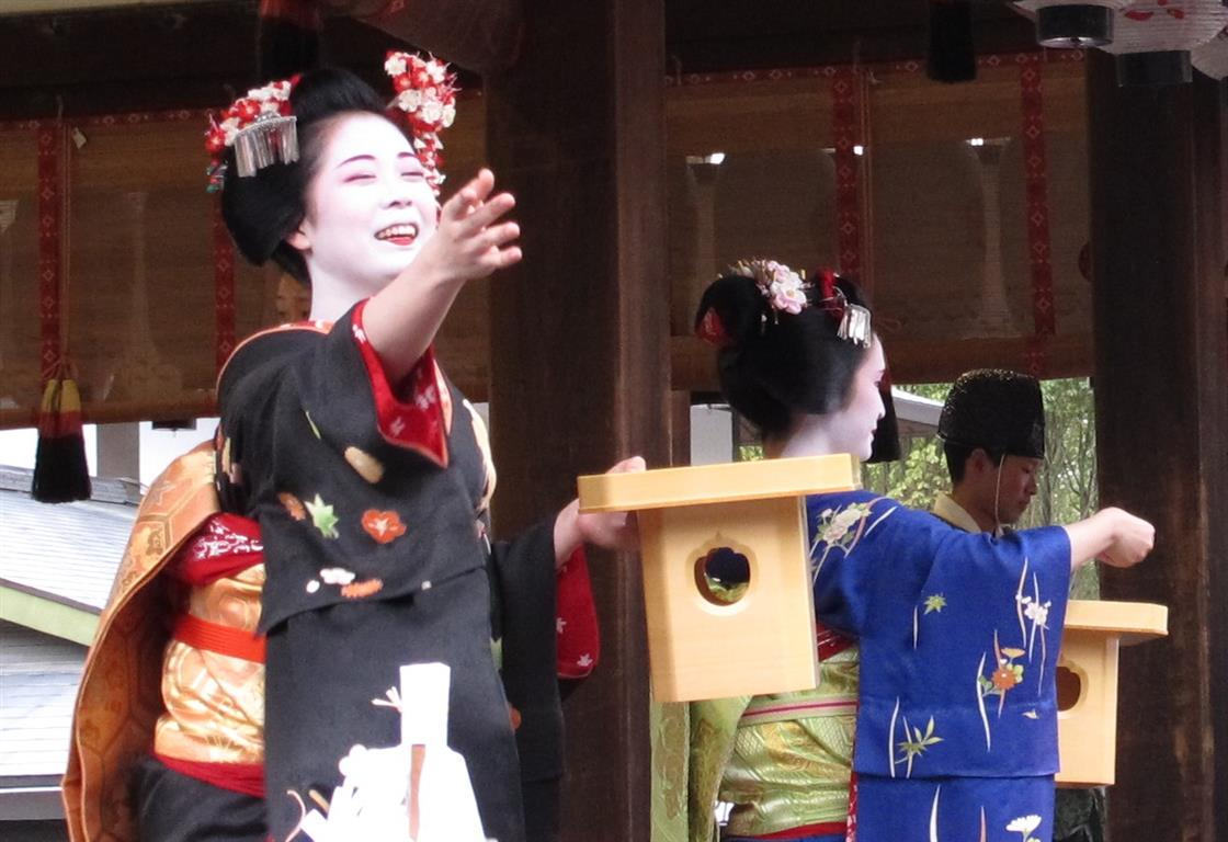 Both the maiko and the crowds were awfully excited about those lucky beans...