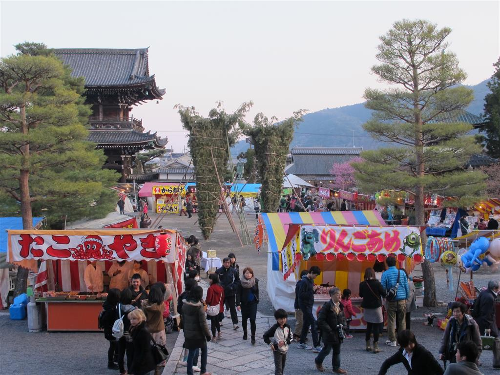 Seiryō-ji temple grounds with festival stalls & giant torches ready to be lit!
