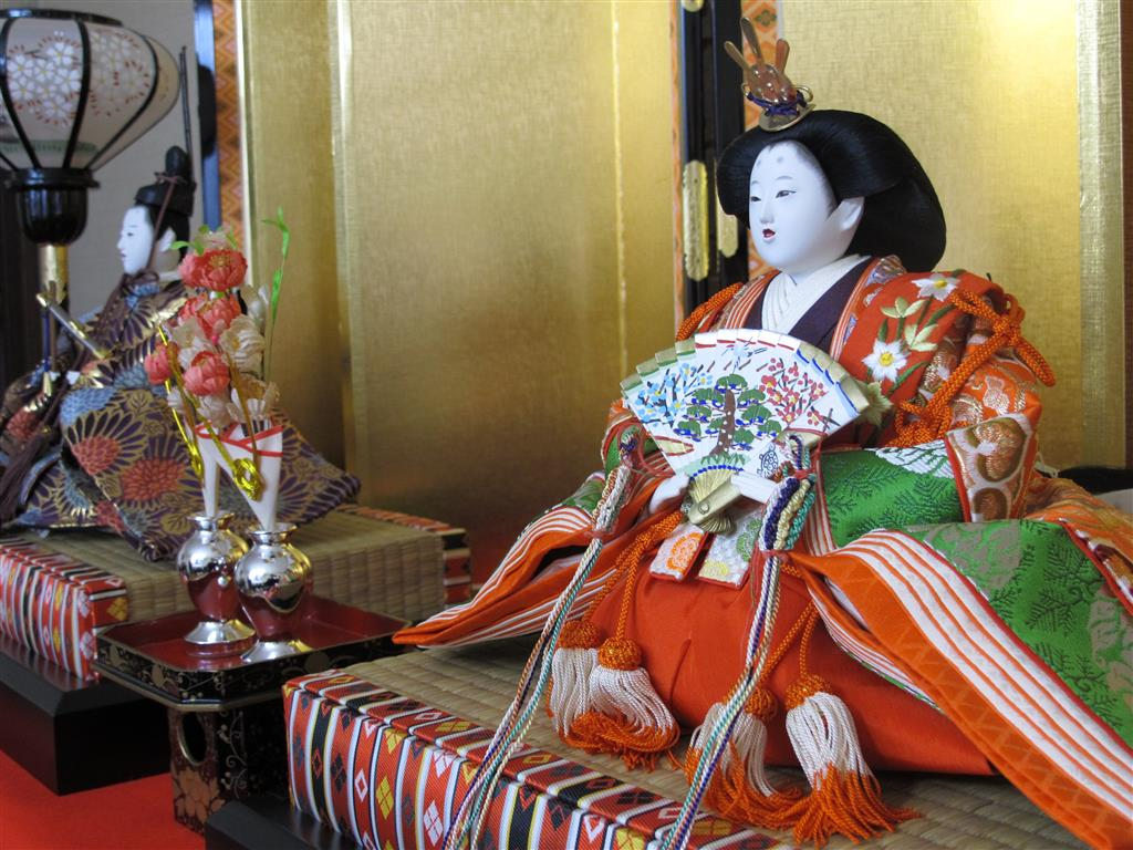 The first tier of a Hina doll display bears the Emperor (男雛 O-bina) and Empress (女雛 Me-bina).